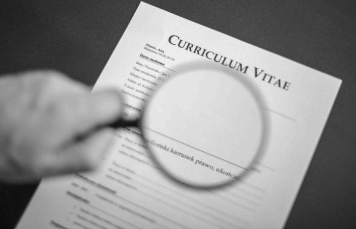 Weryfikacja kadry przed zatrudnieniem CV lupa